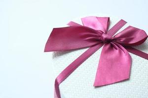 Draufsicht der Geschenkbox auf weißem Hintergrund