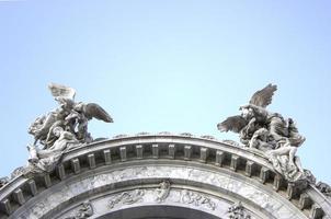 Engel vom Himmel posieren oben auf dem Gebäude foto