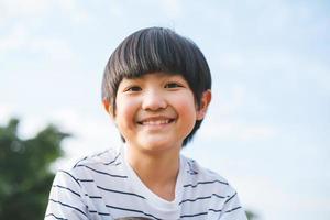 junger glücklicher Junge foto
