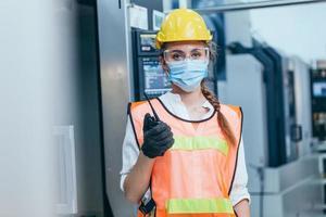 Frau, die Schutzausrüstung mit Gesichtsmaske trägt foto