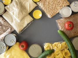 Draufsicht auf Lebensmittelvorräte für Spenden
