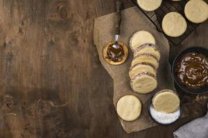 Draufsicht auf köstliches Alfajores-Arrangement foto