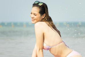 schöne Frau genießt das Entspannen am Strand