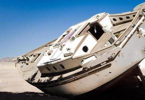 alte Yacht im Sand foto