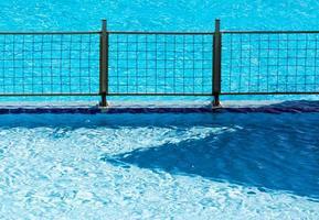 Metallzaun in einem Pool foto
