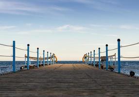 Holzplattform mit blauem Himmel foto