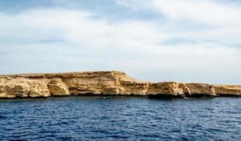 felsige Küste und blaues Wasser foto