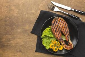 Gegrillter Fisch mit Salat, Draufsicht foto
