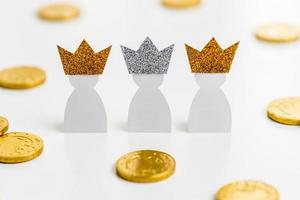 Hochwinkel drei silberne Kronen für Dreikönigstag mit Kopierraum foto