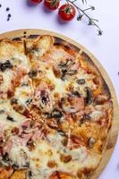Pilzpizza mit Tomaten foto