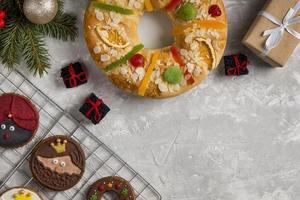 spanischer Dreikönigskuchen Roscon de Reyes weißer Kopierraumhintergrund foto