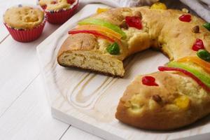 Dreikönigstagskuchen-Desserts mit Kronenkopierraum foto