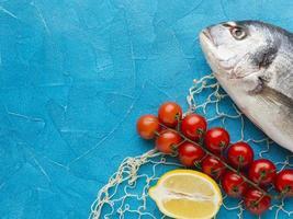 Fischanordnung mit Zitronen-Draufsicht foto