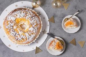 Flat Lay Epiphany Day Dessert mit Zutaten und Kopierraum foto