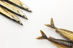 flach legen Fisch auf weißem Hintergrund foto