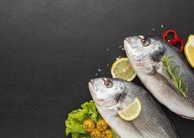 flach legen Fisch auf dunklem Hintergrund foto
