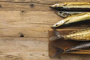 geräucherter Fisch auf Holztisch foto