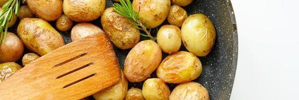 goldene Bratkartoffeln in der Haut foto
