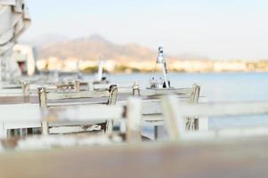 Cafétische am mediterranen Uferdamm foto