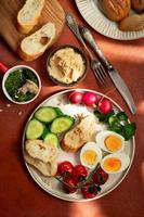 Frühstücksplatte im mediterranen Stil auf Terrakotta-Hintergrund foto