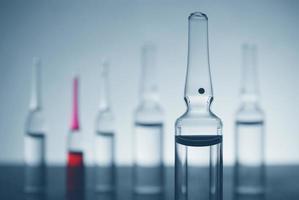 Glasapoules auf futuristischem Hintergrund foto