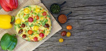 hausgemachte vegetarische Pizza mit Paprika foto