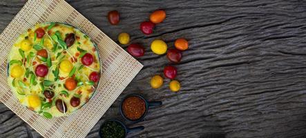 hausgemachte Gemüsepizza mit Kirschtomaten foto