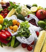 eine Vielzahl von Bio-Obst und Gemüse foto