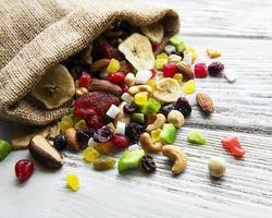 verschiedene getrocknete Früchte und Nüsse mischen foto