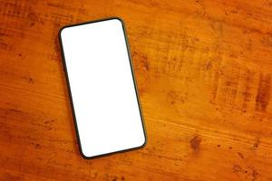 flache Lage des Handys auf Holztisch foto