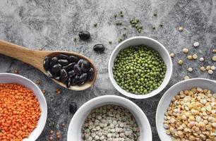 Schalen mit verschiedenen Arten von Hülsenfrüchten foto