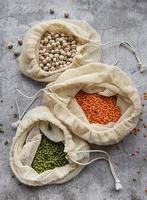 Öko-Taschen mit verschiedenen Arten von Hülsenfrüchten foto