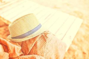 Strohhut an einem heißen freien Tag