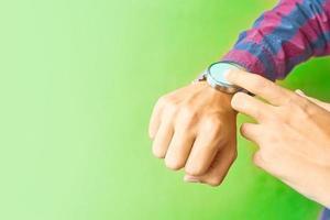 Mann trägt eine intelligente Uhr im täglichen Lebensstil foto