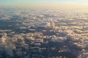 bewölkter Himmel aus der Sicht eines Flugzeugs foto