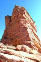 rote Felsen gegen blauen Himmel foto