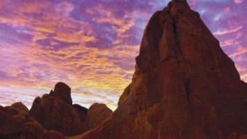 rote Felsen gegen Zuckerwattehimmel während des Sonnenuntergangs foto