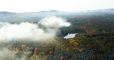 Luftaufnahme der nebligen Hügel von New England im Herbst foto