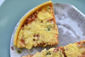 billige kleine Pizza mit Käse Nahaufnahme auf einem Teller foto