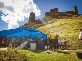 Upper Omalo, Tusheti, Georgia 2020 - Tushetoba - traditionelles Tusheti-Festival, bei dem Tushetianer unter einem Zelt auf dem Keselo-Hügel schlemmen. foto