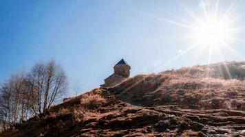 Kirche auf einem Berggipfel foto