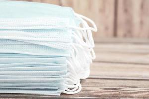 Nahaufnahme von blauen Operationsmasken auf dem Tisch