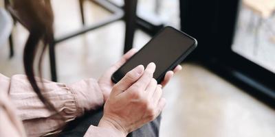 Frau, die digitales Tablett, Handy mit leerem Kopierraum verwendet foto