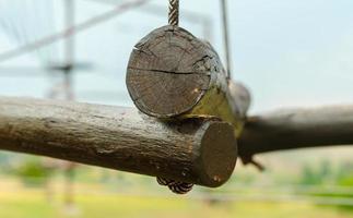 kleine Holzscheite, die von einem Seil gehalten werden foto