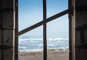 Blick auf den Strand unter einer Promenade foto