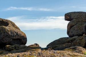 Blick auf den Himmel zwischen Felsen foto