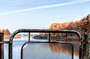 Pripyat, Ukraine, 2021 - Eisenzaun in der Nähe von Wasser in Tschernobyl foto