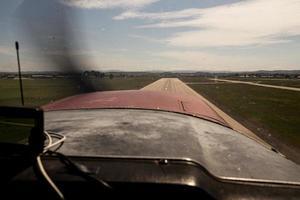 kleines Flugzeug landet auf einer Landebahn foto