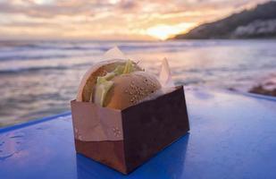 Hamburger am Strand foto
