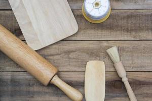 Bäckerei und Kochutensilien mit Küchenuhr auf einem Holztisch foto